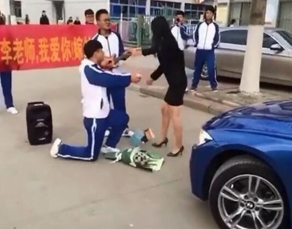 男学生求婚美女老师 老师狠砸钻戒践踏鲜花
