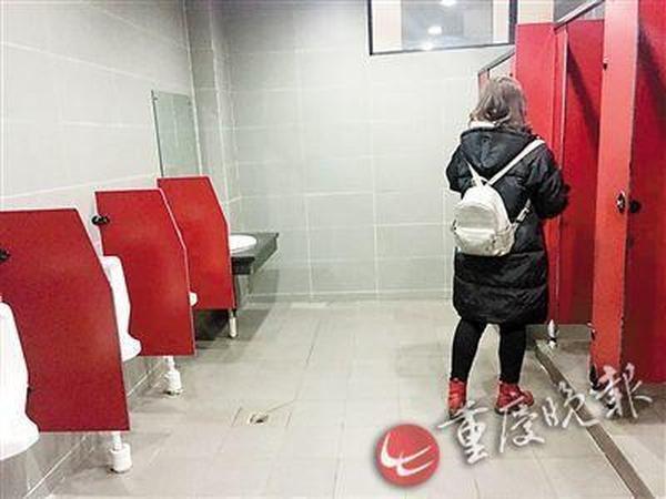 高校女厕现小便池:男生常误入 女生如厕怕男生进来