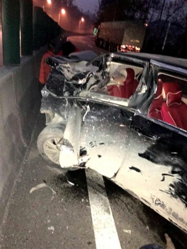 裸身男子翻越隔离栏引发2次车祸 致1死5伤