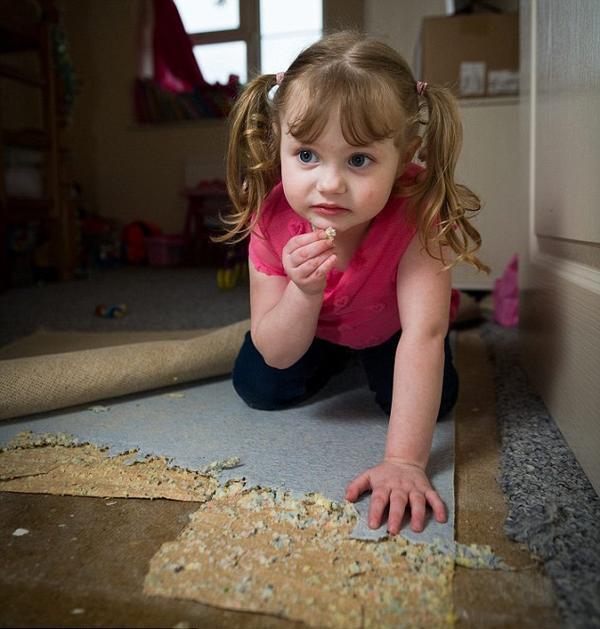 """惊!4岁英国女童吃家具成瘾 木马地毯海绵都成""""盘中餐"""""""