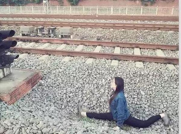 拿生命在自拍!高三女生在铁轨旁秀一字马自拍险被撞