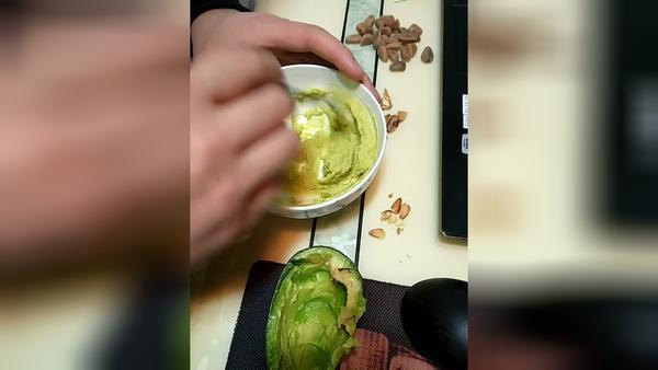 孕妇吃牛油果的好处是什么,孕妇吃牛油果的注意事项