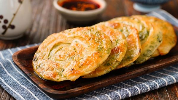 饺子皮葱油饼的做法,剩饺子皮的花样吃法