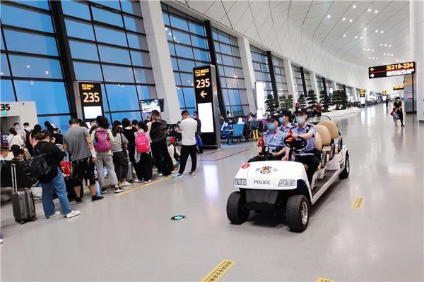 郑州机场问询处被砸 大雪致航班延误个别乘客情绪激动