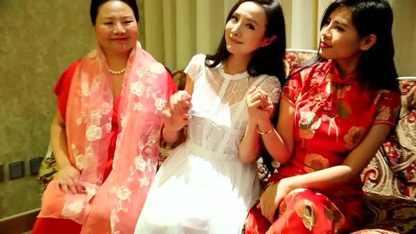 干露露版《江南style》再出奇招 母女三人胸罩配旗袍