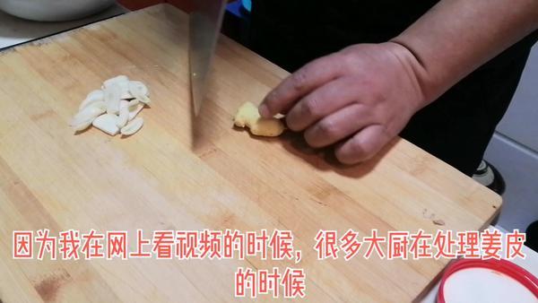 生姜做菜时去皮好还是不去皮好,生姜泡脚是去皮好还是不去皮好