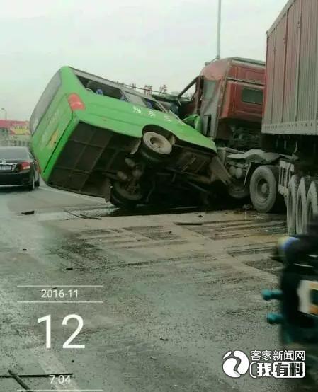 信丰大塘埠镇一大货车与客车相撞 已致5人死亡