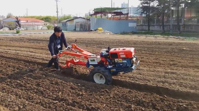 韩国农民的手扶拖拉机耕地作业,看上去性能不错
