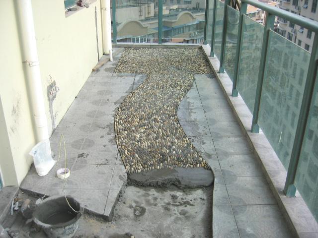 看到别人家的阳台辣么好看,原来只是这样铺了鹅卵石!