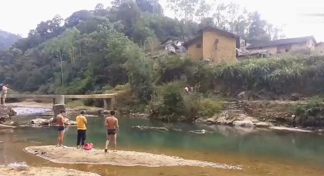 广东小伙花5元买巨型鱼雷炸池塘, 全程嬉皮笑脸 网... _东方新闻