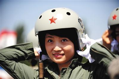 女飞行员操纵飞机