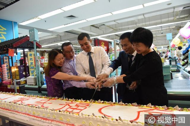 海南海口:超市周年店慶,10米長蛋糕供市民免費嘗