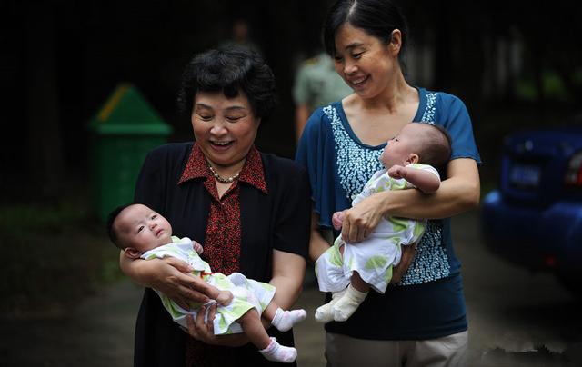 60岁超高龄产妇冒险做试管婴儿手术,并且成功生下一对双胞胎