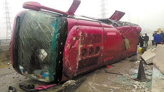 山西二广高速突发客车自燃事故 40余乘客被救无伤亡