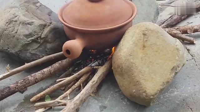 妈妈做的麻辣砂锅螃蟹,新鲜又美味,做法也很简单_网易新闻