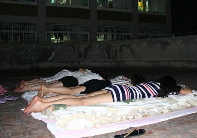 女大学生穷游川藏线,过夜只要有地方打地铺就行