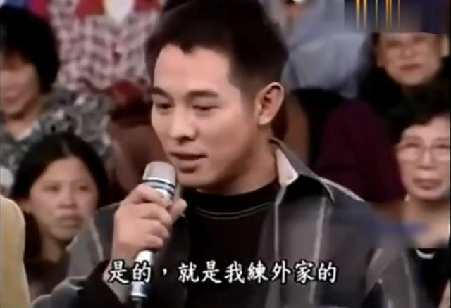 成龙认为李小龙被神话了,真正实战的话,他让李小龙赢