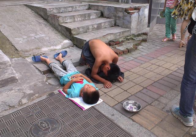 """几名残疾儿童在街上乞讨,原来旅馆里住着幕后""""黑手"""""""