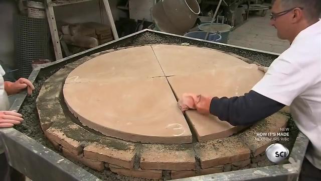 好有才,用易拉罐做出的披萨烤炉,烤出来大小合适,一口一个。
