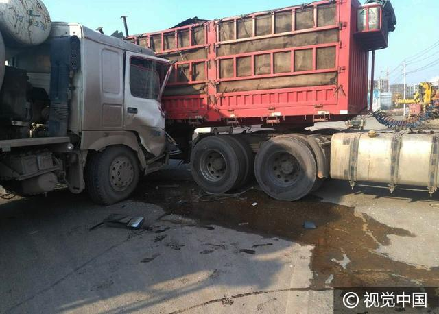 郑州一水泥罐车与半挂货车拦腰相撞,起火后被烧成壳,1人死亡