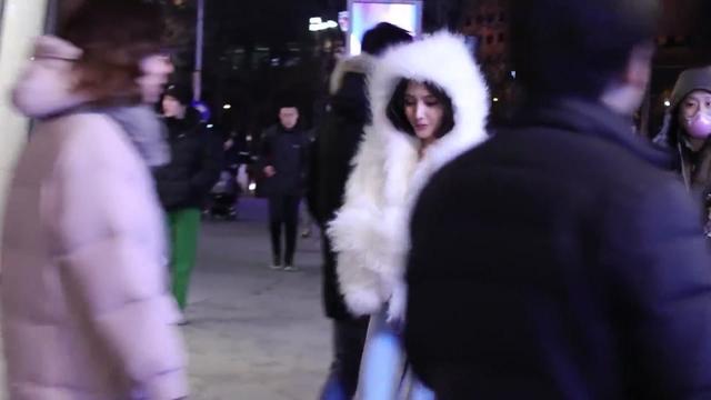 街拍-夜晚的三里屯街头,白色皮草小姐姐完美身材,心动的感觉!