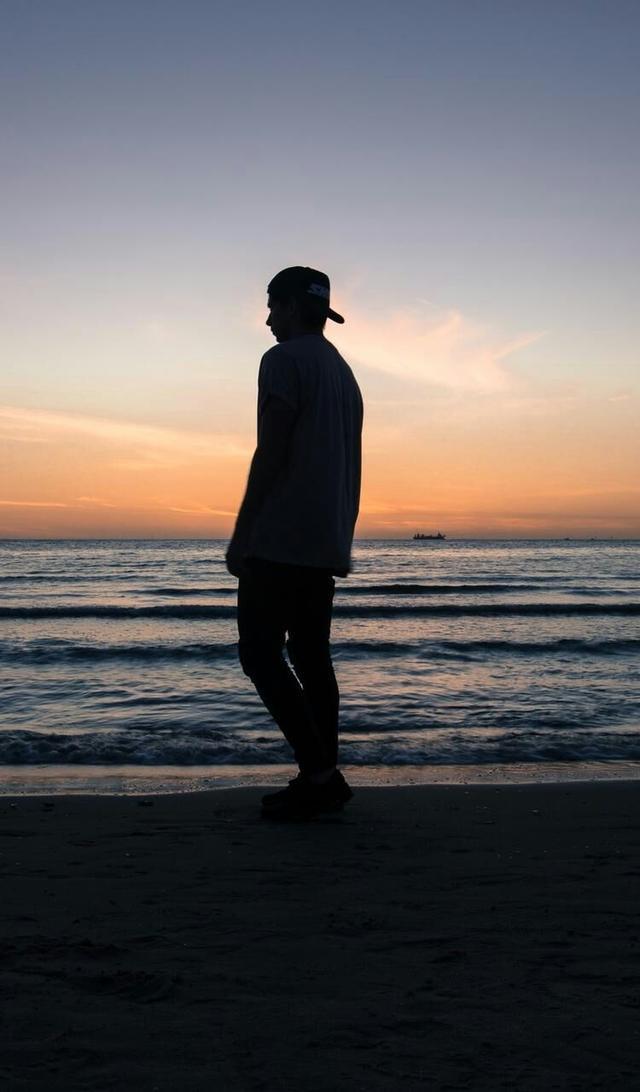 一个人独处时的孤独寂寞的说说带图片 你有看过凌晨三... -说说控