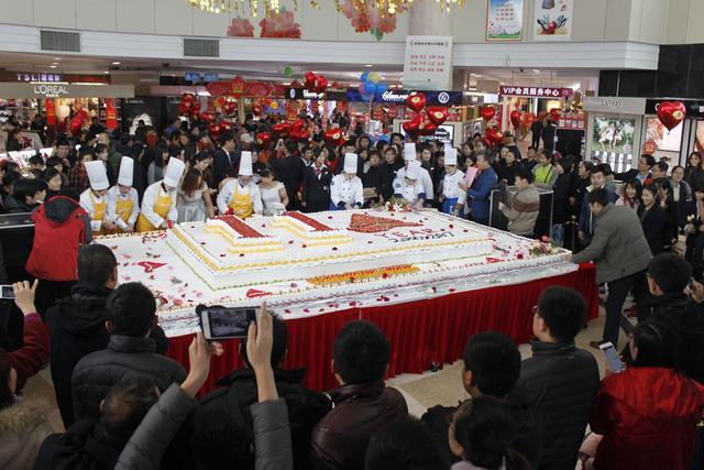商場店慶制作巨型蛋糕引圍觀