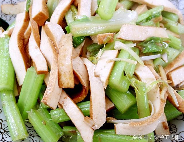 豆干炒芹菜时,直接炒就废了,大厨教你正确做法,吃一口满嘴香