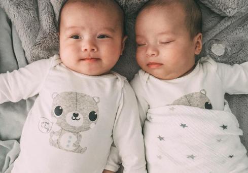 一对英泰混血儿双胞胎真实生活日常,不但宝宝可爱,妈妈也漂亮