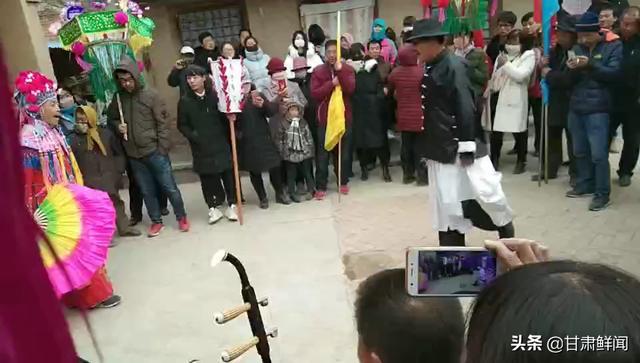 甘肃定西通渭社火闹元宵,春节就该这样热闹,听到观众笑声了吗