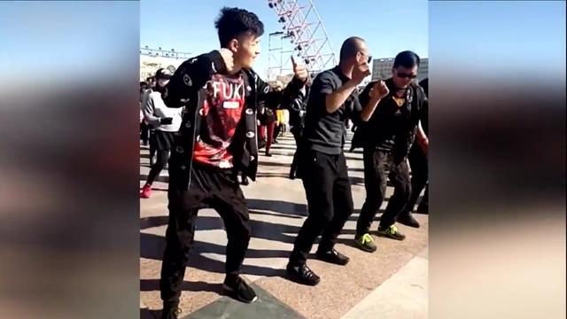跳广场舞图片