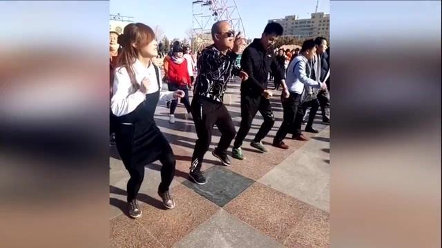 跳广场舞大妈场景速写