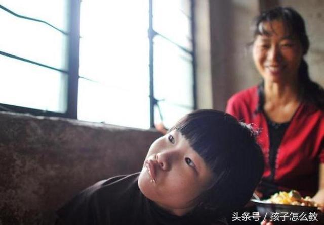 女孩被母亲用绳子栓住生活十几年,背后原因太心酸让人落泪