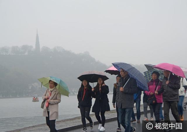 杭州西湖细雨绵绵 游人如潮