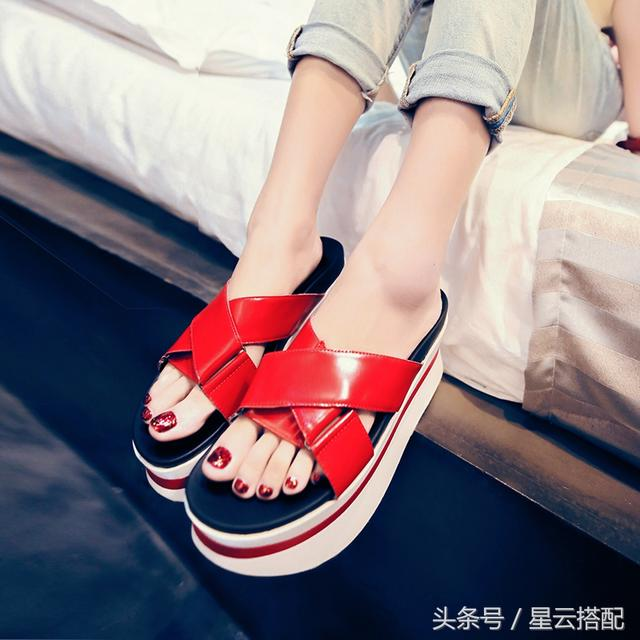 女坡跟拖鞋。