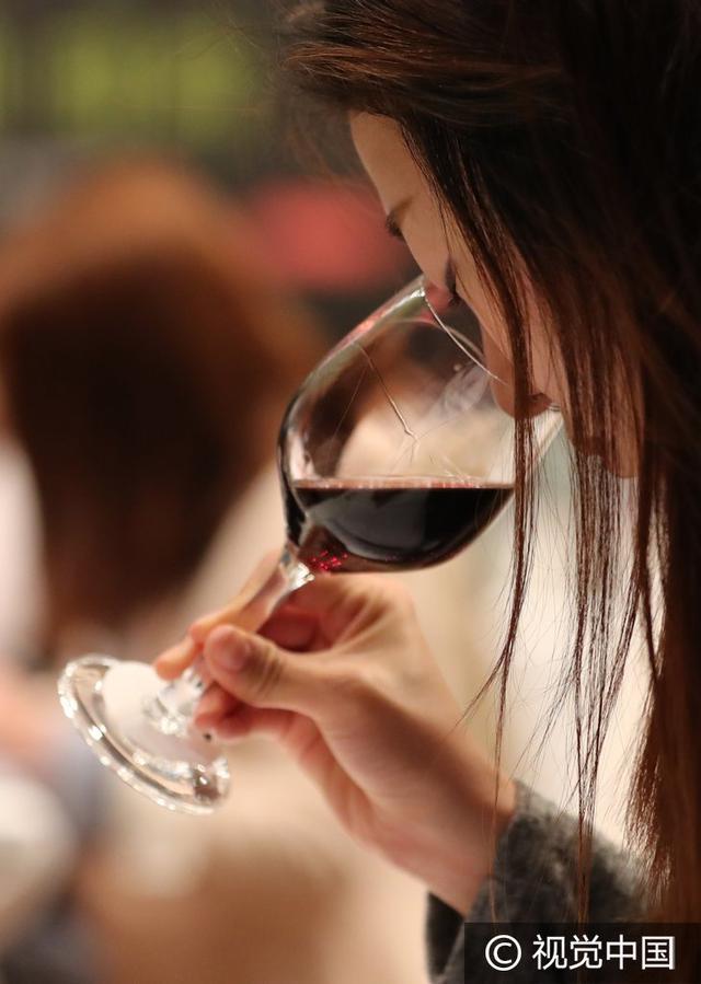 女人喝红酒图片大全