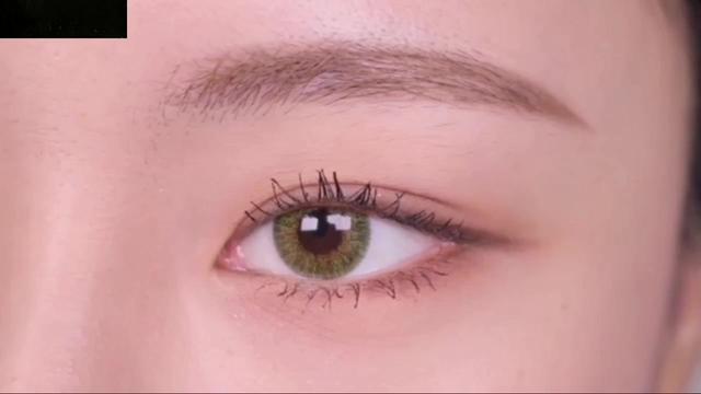 色彩斑斓的闪光眼影化妆教程,紫色,茶色和粉色混合搭配