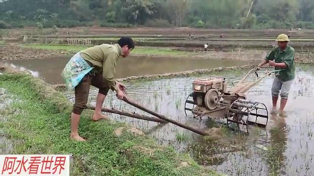 八零后农民用手扶拖拉机耕地,速度慢人累还危险,太不容易了