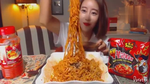 韩国美女吃播火鸡面,一口一口吃得真香!这么辣都受得了,真厉害