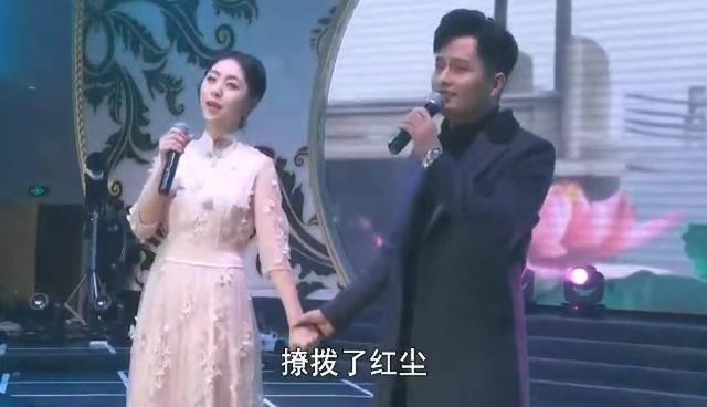 云飞携妻子郭津彤现场演唱,两人郎才女貌,好恩爱令人羡慕!