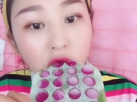 吃冰小姐姐,今天吃水晶草莓大冰块,一口一个简直甜炸了!