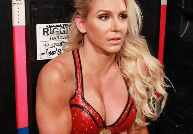 长得好看就要被打么?WWE女皇夏洛特后台采访,惨遭群殴