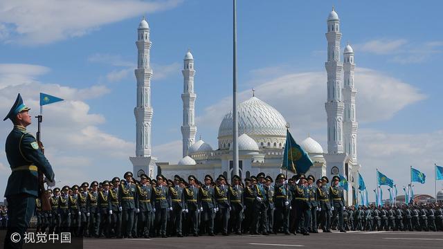 哈萨克斯坦专家及在哈华人共同观看国庆庆典