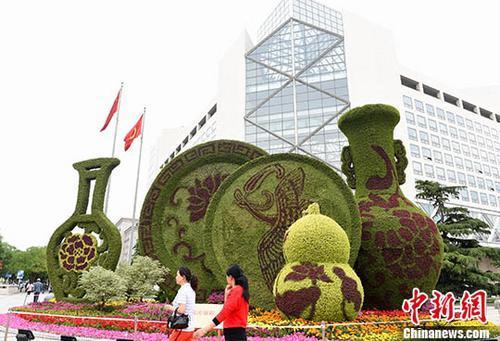 北京长安街沿线立体花坛亮相 用花草塑造70年来祖国伟大成就