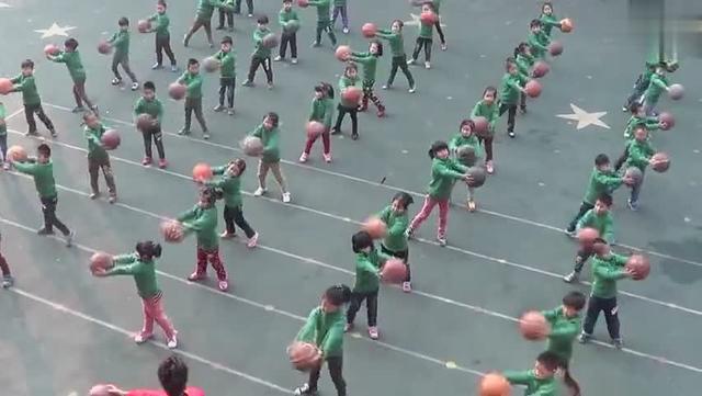 幼儿园跳篮球舞