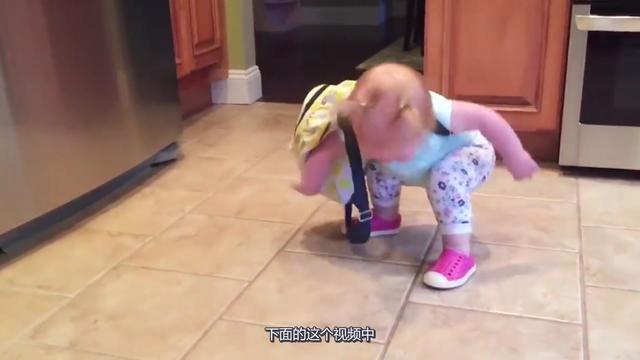 一周岁的宝宝能独自站立,离走路只差一步之遥,爸妈高兴坏了!