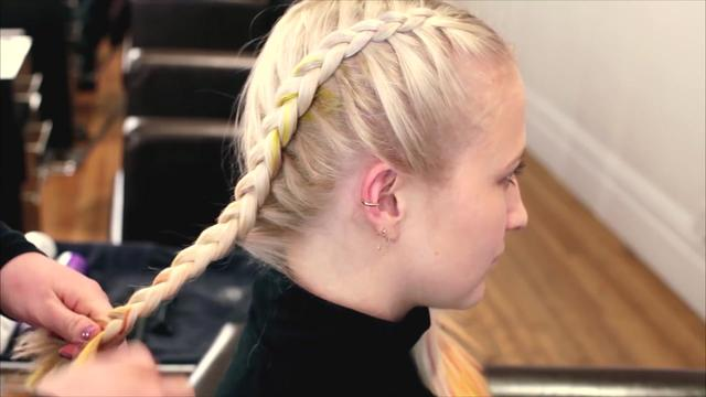 最近流行的拳击辫,入冬发型教你这样扎,慢动作超简单哦