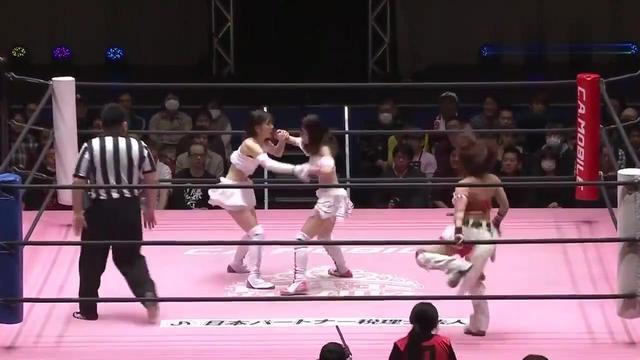 日本女子格斗,对手直接把白衣妹子掀翻在地,用脚踩脸?这太猛!