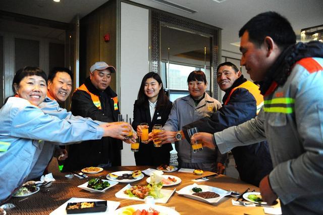 高清:五星级酒店请环卫工吃大餐 想吃啥随便点_青岛新闻网