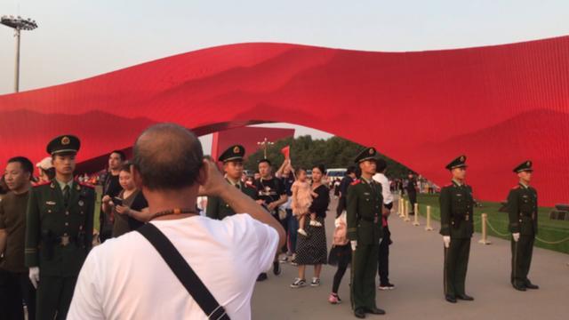 国庆期间 北京西站武警护卫游客平安出行--军事--人民网